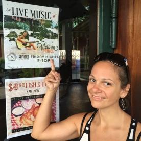 Resto Ponds à hilo avec un chanteur Hawaïen. Crevettes au menu! Belle soirée!